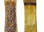 Fot. 4. Zamárdi-Rétiföldek, komitat Somogy, Węgry, grób nr 1280. Bogato zdobione okucie pasa (VII w.), w stylu zwierzęcym (Tierstil II), w wariancie charakterystycznym dla Awarów. Na odwrocie zabytku J. Harmatta zidentyfikował nacięcia, zapewne ślady pisma