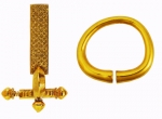 Fot. 1. Złota zapinka cebulowata oraz złota bransoleta kolbowata z grobu Childeryka (D. Quast 2009).