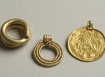 Fig. 1. Suchań, three stray finds from the scattered Migration Period deposit: Scandinavian bracteat, ring pendant and ring, photo. M. Bogacki (in NMS).